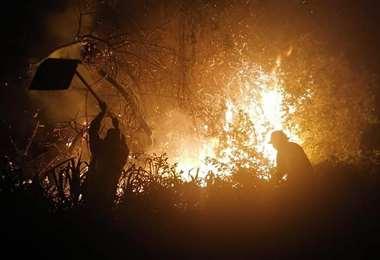 Durante la madrugada, soldados y bomberos trabajaron sofocando las llamas