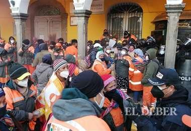 La violencia se instala en puertas de la alcaldía de Cochabamba