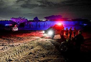 Policías en el lugar donde encontraron los cuerpos. Foto AFP