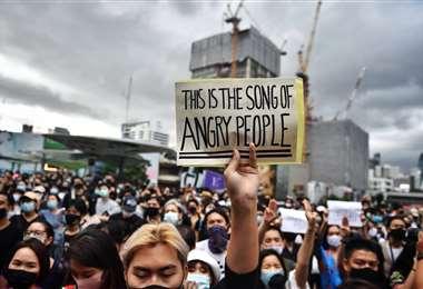 Manifestantes piden la disolución del gobierno militar en Bangkok. Foto AFP
