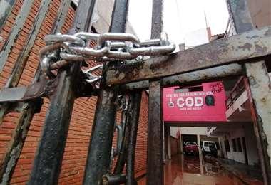 Trabajadores de la construcción encadenaron las puertas de la COD (Foto: Jorge Uechi)