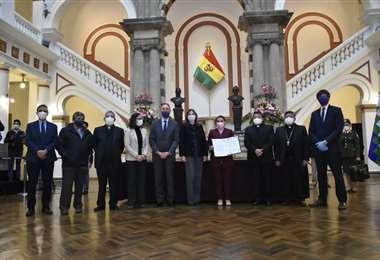 La Presidenta y los garantes internacionales (Foto: APG Noticias)