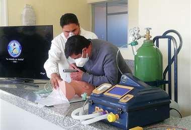 El Capitán de Navío Ernesto Adalit Alfaro presentó el ventilador mecánico /ABI