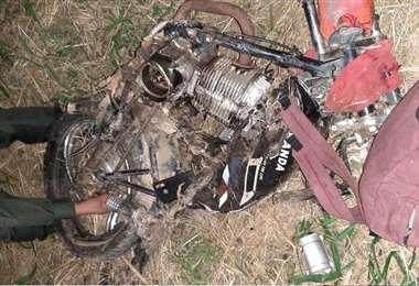 Resultado del accidente, una moto quedó destruida