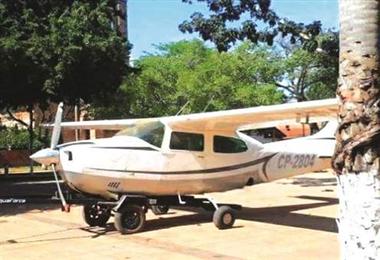 Los pobladores de Bella Vista retuvieron esta avioneta y la llevaron hasta la plaza del pueblo. Foto. Internet