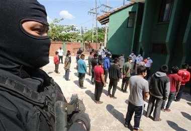 En días pasados, la Policía cruceña liberó a 47 detenidos en los valles. Foto: Jorge Ibañez