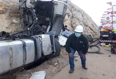 Cisterna de gasolina sufre accidente en vía Oruro-Cochabamba por evadir piedras dejadas por bloqueadores