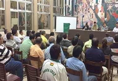 Una asamblea de la Asociación Cruceña de  Fútbol en salón principal de su edificio de la calle Bolívar. Foto: internet