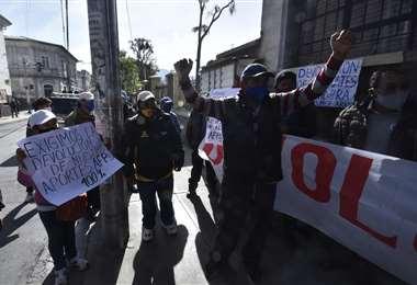 Aportantes a las AFP protestan frente a la Defensoría del Pueblo.  Foto APGNoticias