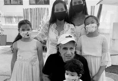 Guillermo Vilas posa con su familia. El tenista argentino marcó una gran época en la década de los 70. Foto: internet