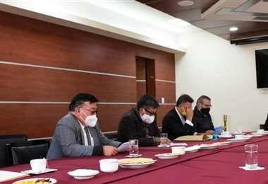Los dirigentes cívicos del país reunidos con tres vocales del TSE