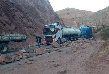 En el sector Sayiri, en la ruta Cochabamba-Oruro, los bloqueadores dinamitaron un cerro y limitaron el pase de camiones /Foto: ABI