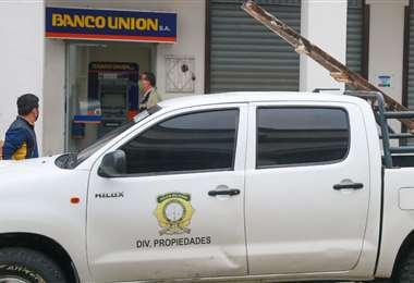 La Policía investiga el robo frustrado en la agencia del Banco Unión /Foto: Jorge Uechi