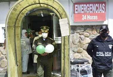 El jefe policial saliendo de la clínica I APG Noticias.