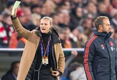 Kathleen Krüger aparece en la foto junto al DT del Bayer, Dieter Flick, en un partido de la Bundesliga. Foto: Internet