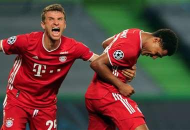 La celebración de Müller y Gnabry. Este último marcó este miércoles dos goles para el Bayern. Foto: AFP
