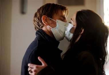 Los besos directos están prohibidos en tiempos de coronavirus, pueden transmitir el virus
