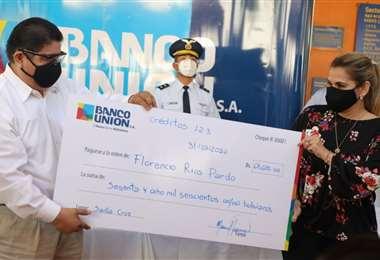 La presidenta Añez hizo una entrega simbólica a una de los prestatarios