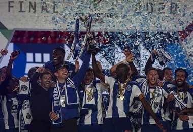 La celebración de los jugadores del Oporto con el trofeo de la Copa de Portugal. Foto: AFP