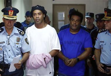 Ronaldinho cuando era conducido al hotel para cumplir arresto domiciliario