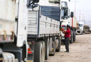 Varios camiones están varados en la frontera con Chile/Foto: APG