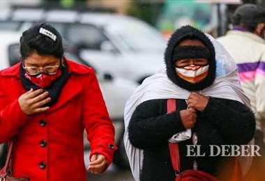 La población se resguarda del frío y la lluvia Fotos: H.Virgo y J. Uechi