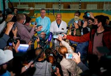 Médicos del hospital de Omsk informan sobre la salud del paciente. Foto AFP