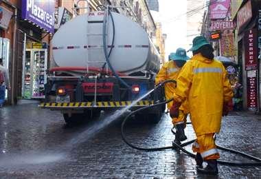 El fumigado dio inicio al rastrillaje de casos de Covid-19 en La Paz. Foto APG