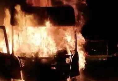 Camión incendiado en el ataque. Captura de pantalla