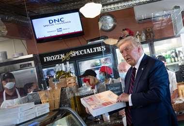 Trump compra una pizza en Arcaro y Genell's en Pensilvania. Foto AFP