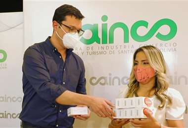 El presidente de la Cainco, Fernando Hurtado, entregó la ayuda recolectada