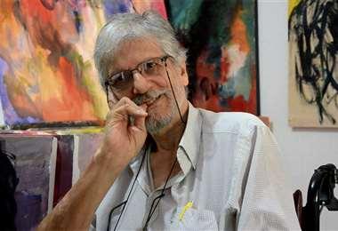 El artista plástico con algunas de las obras que creó en Bolivia