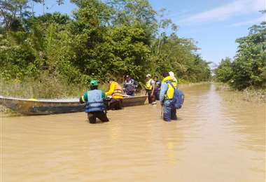 Rescatan a 6 personas aisladas por crecidas del río Yapacaní