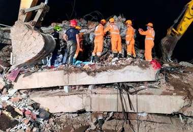 Buscando sobrevivientes en el derrumbe. Foto Internet