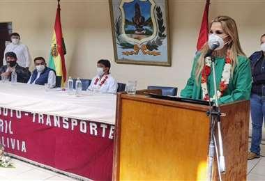 Jeanine Áñez entrega equipo en Tarija/foto: ABI