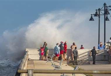 Bañistas reciben la orden de retirar de las costas de Luisiana. Foto Internet