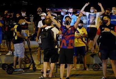 Los hinchas del Barcelona protestando por el pedido de Messi. Foto: Internet