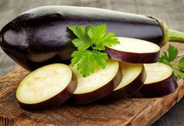 La berenjena es un vegetal que se puede comer directamente o en escabeche