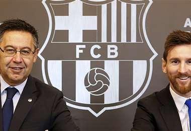Jose Maria Bartomeu, presidente del Barcelona, y Lionel Messi. Foto: AFP