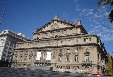 Fachada del edificio del teatro Colón de Buenos Aires, que lleva a cabo eventos virtuales