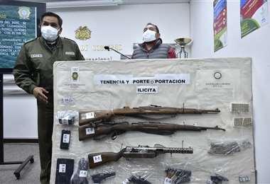 Autoridades mostrando el armamento decomisado I APG.