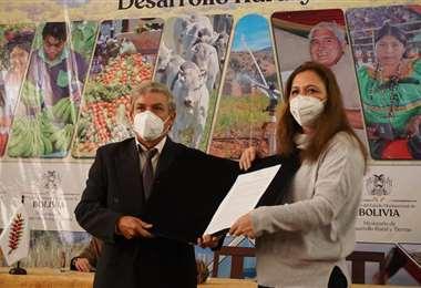 La ministra Eliane Capobianco posesionó al nuevo director del Senasag /Foto: APG Noticias