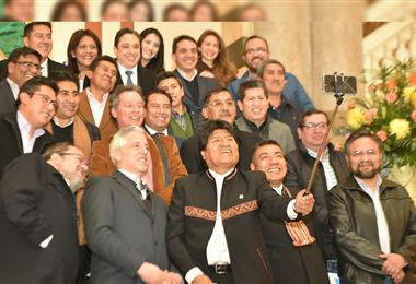 Evo y su gabinete se tomó esta selfie en Palacio de Gobierno en 2018. Foto. Internet