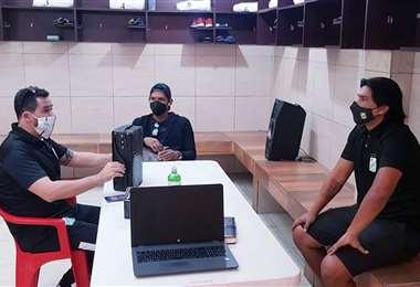 Gustavo Olguin conversando con Vitamina Sánchez y Sergio Galarza.Foto: Prensa Oriente Petrolero