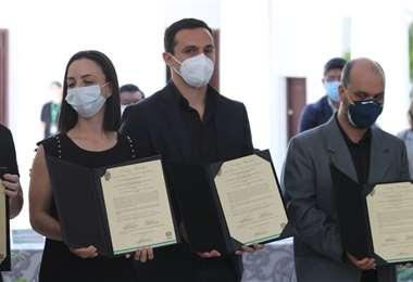 Familiares del doctor recibieron la ley por parte de las autoridades. Fotos: Hernán Virgo