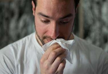 La secreción nasal es uno de los síntomas comunes del resfriado