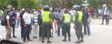 Policías intervienen conflicto en Camiri
