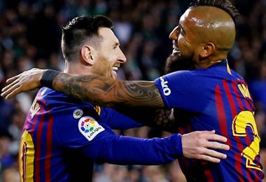 Vidal (dcha) dijo que Messi necesita más ayuda en el Barcelona