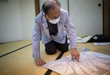 Jiro Hamasumi, de 74 años, cuya madre estaba embarazada de él en Hiroshima cuando estalló la bomba atómica en 1945, señala el hipocentro del bombardeo. Foto AFP