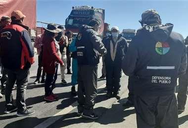 Los manifestantes no dejaron que la Defensoría del Pueblo interceda para que el camión con oxígeno circule